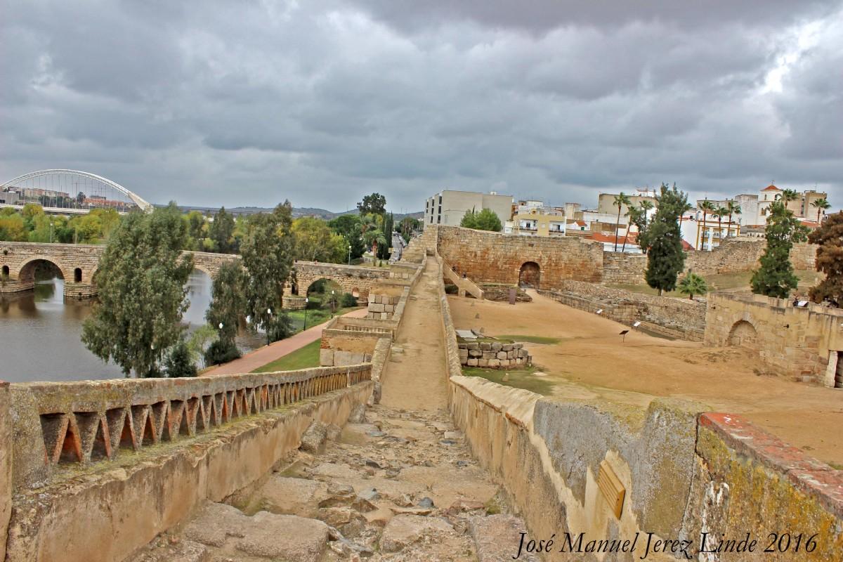Murallas de la alcazaba de m rida por jos manuel jerez for Oficina de turismo de merida